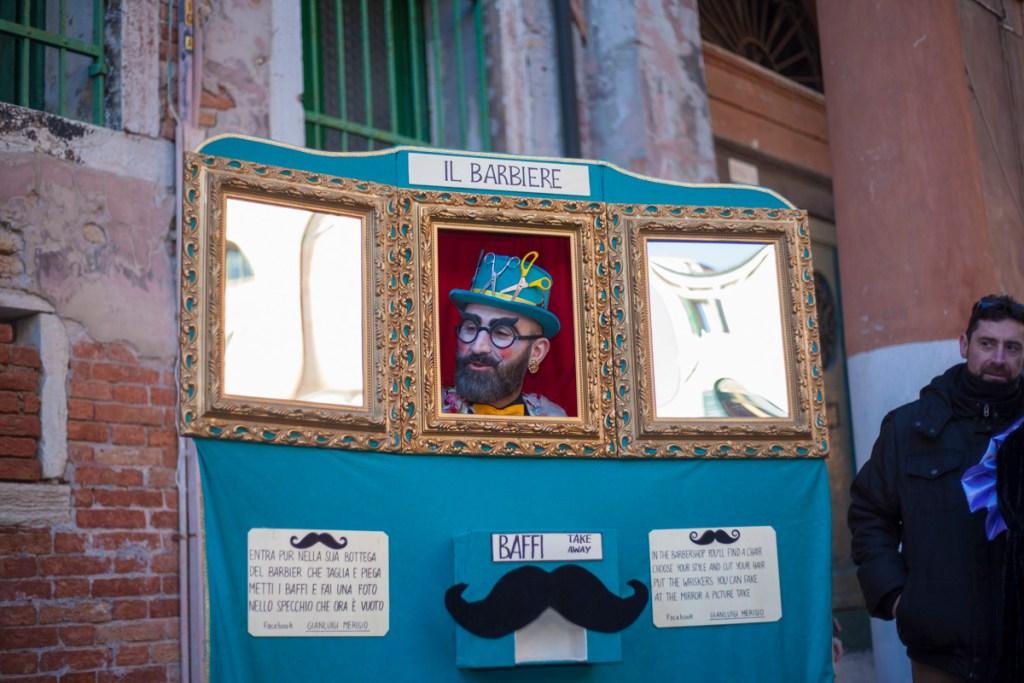 Il Barbiere - Maske neben einer der Brunetti-Säulen