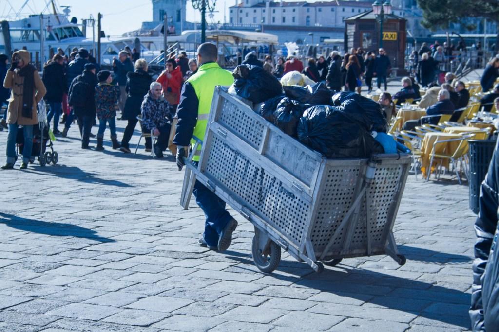 Einer der fleissigen Müllmänner, der morgens den Markusplatz sauber hält.