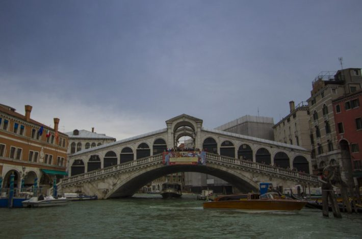 Rialtobrücke vom Boot aus
