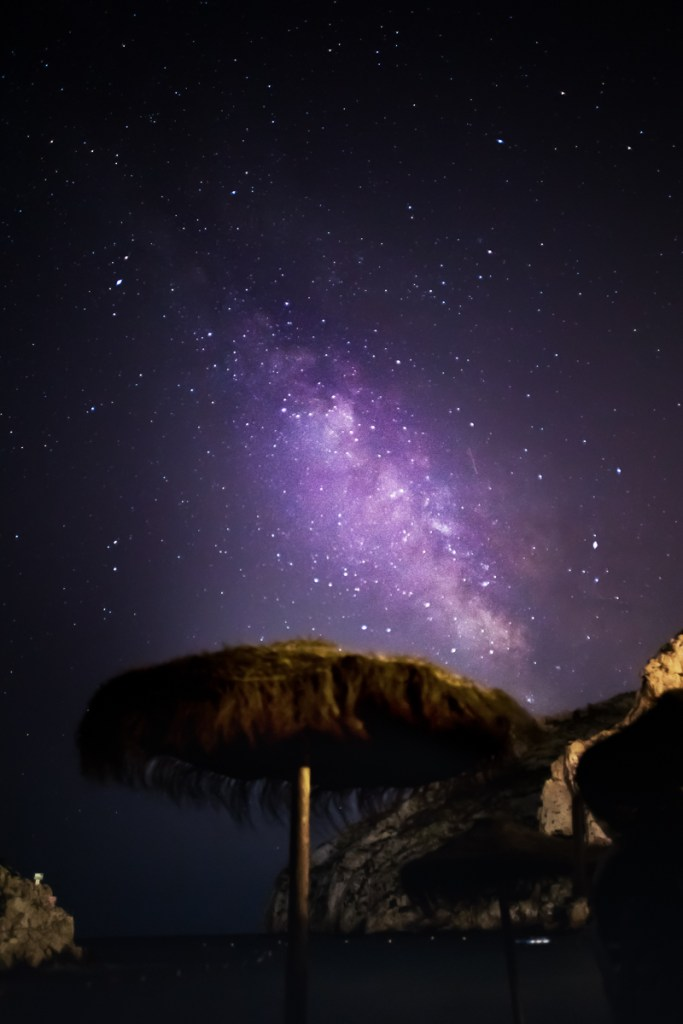 Sonnenschirm und die Milchstraße. Ich finde: Ein netter Gegensatz.