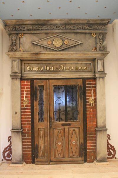 Von der Eingangstr zum kunstvollen Portal  Kunst Skulpturen Raumgestaltung Kunstmalerei