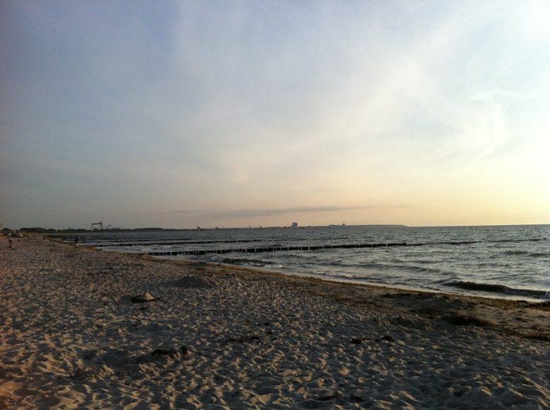Strand von Margrafenheide mit Blick auf Warnemünde