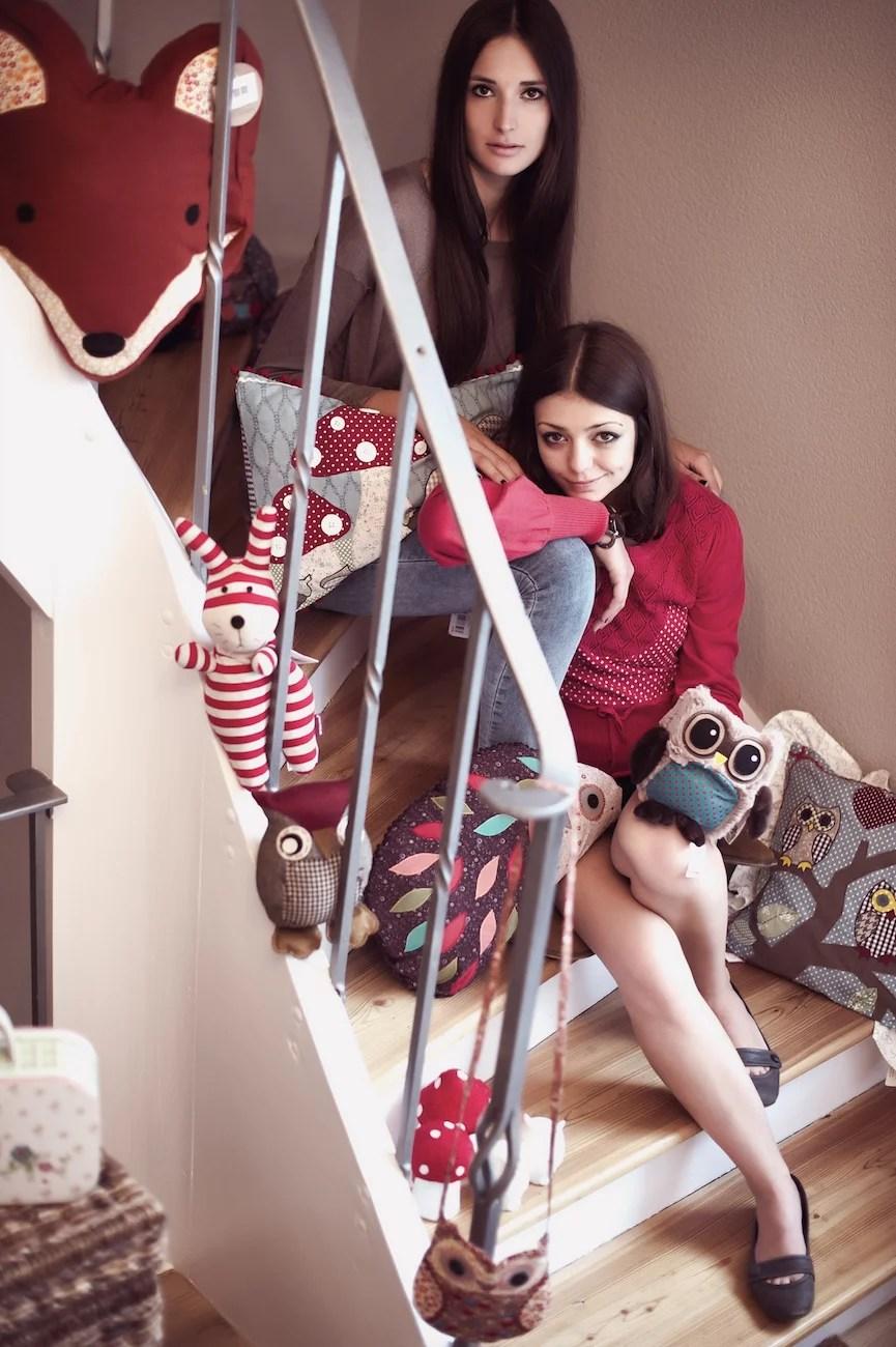 Waldfreunde kuscheln auf der Treppe