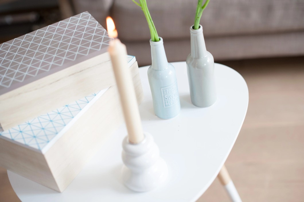 Geometrische Dekoration mit Kerzen
