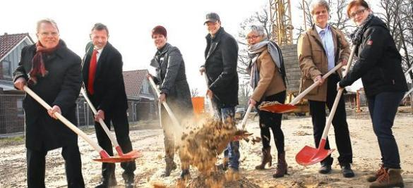 Starteten die Kooperation und die Bauphase (von links): Johann-Peter Ritter (DRK), Bürgermeister Dr. Arno Schilling, AWG-Geschäftsführerin Ulrike Petruch, Bauunternehmer Matthias Schöning, Ute Kleßen, Matthias Benken (beide DRK) und Anne-Christin Braun (AWG)