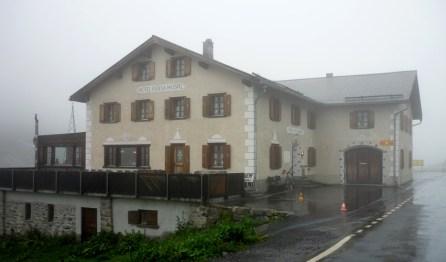 Flüela Hospiz bei Nebel