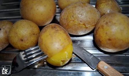 Die Kartoffeln müssen gepellt werden.