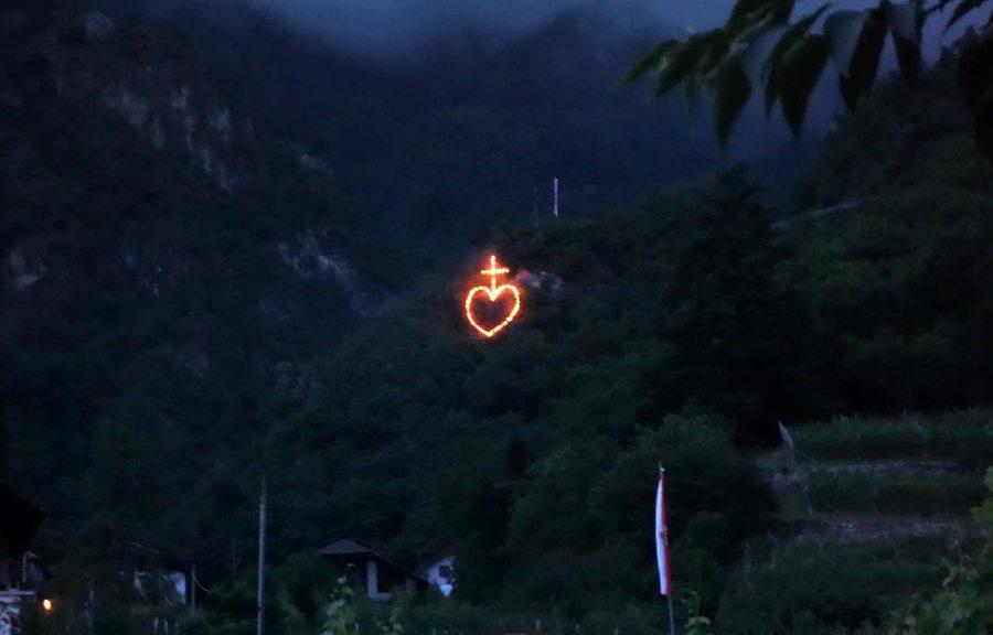 Herz - Jesu Feuer in Südtirol oberhalb von Terlan