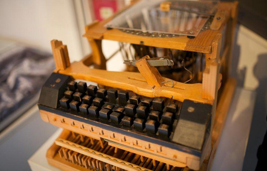 Schreibmaschinenmodell aus Holz im Museum Partschins