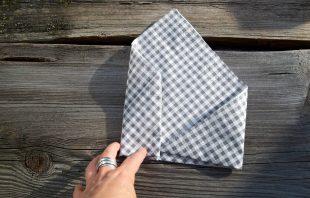 serviette-doppelt-einschlagen