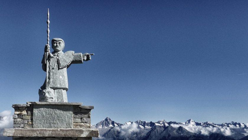 Der heilige Bernard, der Patron der Alpen, weist den Weg auf dem Europaweg (Foto: st-bergweh.de)Der heilige Bernard, der Patron der Alpen, weist den Weg auf dem Europaweg (Foto: st-bergweh.de)