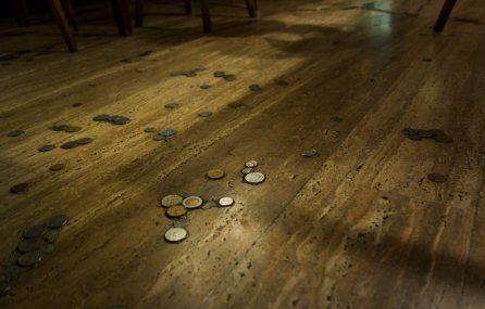 Fussboden mit eingelassenen Münzen