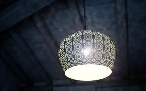 Deckenlampe im Schlafzimmer