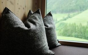 Panoramafenster mit Kissen