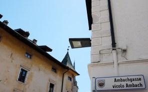 Die Aussparung in der Mauerecke - Blick zum Kirchturm