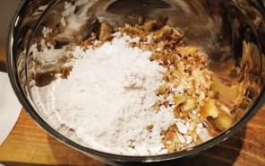 Maroni und Zucker mischen