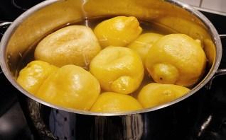 Die Zitronen werden zweifach aufgekocht.
