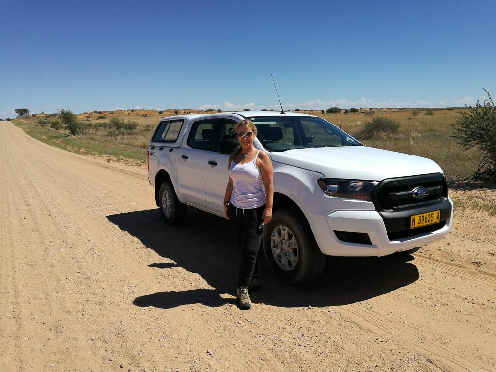 Allradfahrzeug in der Kalahari