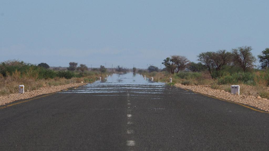 Hitzeflimmern auf einer Straße in Südafrika