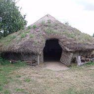 Replica Bronze Age roundhouse at Flag Fen, Cambridgeshire. By Viv Hamilton at en.wikipedia [Public domain], from Wikimedia Commons
