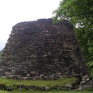Iron Age broch at Glenelg, Scotland. By Wojsyl (Own work) [GFDL (http://www.gnu.org/copyleft/fdl.html), CC-BY-SA-3.0 (http://creativecommons.org/licenses/by-sa/3.0/) or CC-BY-SA-2.5 (http://creativecommons.org/licenses/by-sa/2.5)], via Wikimedia Commons