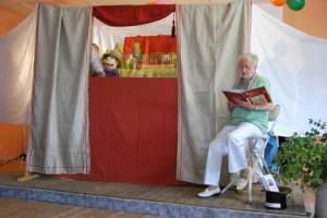 Die Puppenbühne zum Dorffest mit der Erzählerin Sieglinde Imm, Foto: Lutz Reinhardt