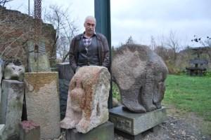 Lutz Kittler hinter seinen  Arbeiten aus Granit, Foto: Lutz Reinhardt
