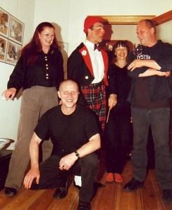 Ecki Böttger vorne, dahinter (v.L.N.R.) Moni Böttger, Musikclown Jopi, Petra Elsner, Norber Zallmann bei einem meiner Berliner Atelierfeste. Foto: Lutz Reinhardt