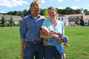 Die Eigentümer Kristina und Ulrich Sievers mit Söhnchen Justus. Foto: Lutz Reinhardt