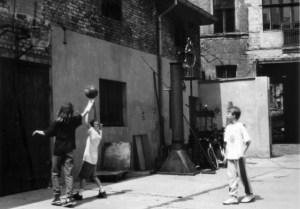 Das Kinder und die Schrottkunst  im Hinterhof hinter dem Posthof. Foto: Petra Elsner