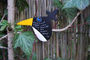 Weiser Vogel im Lesegarten. Foto und Vogel: Petra Elsner