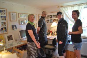 Die ersten Besucher aus dem Nachbardorf Kappe im Atelier.