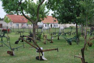 Historische Pflüge aus der Wiese des Bohm-Hofes. Fotos: Lutz Reinhardt