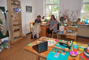 Im Solidario-Lädchen die Frauen Heidrun Jabczyk (links) und Natalie Barthen.