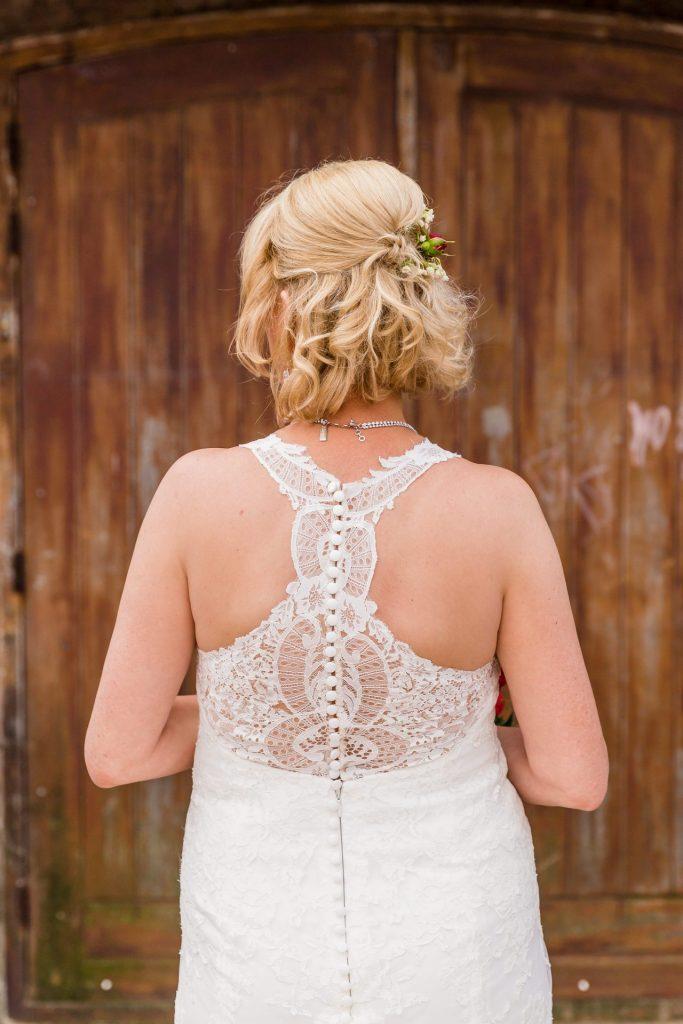 Prachtige kanten details voegen iets magisch toe aan een trouwjurk.