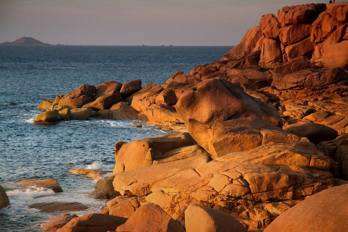Zerklüftete Felsen in rotem Abendlicht