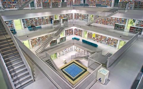 Aufgeräumte, symmetrische Ordnung von Büchern in kühl gehaltenem Design