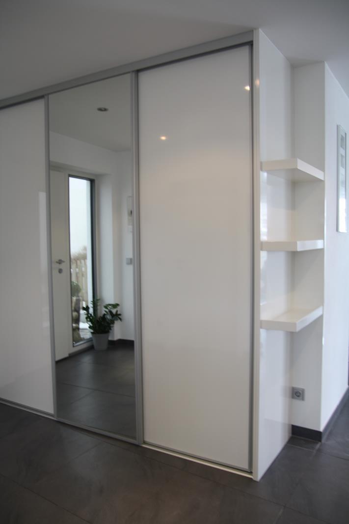 Modernes Garderobenmbel in wei Hochglanz von Schreinerei