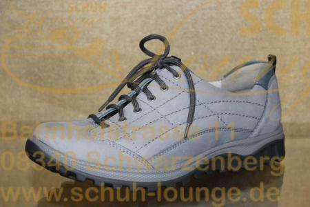 Für lange Herbstspaziergänge und -wanderungen ist dieser Schuh einfach ideal. In hellem Grau, aus pflegeleichtem Nubuk-Leder mit Ziersteppung ist er sehr vielseitig zu kombinieren.