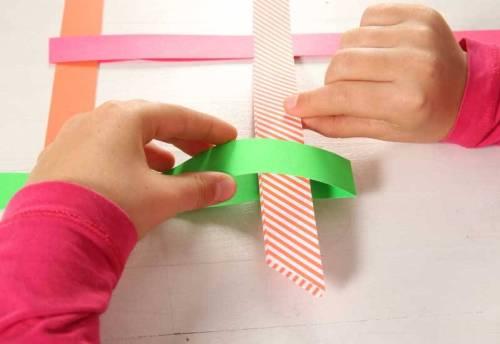 Stecken Sie die vier Streifen so ineinander, dass ein gewebtes Quadrat entsteht.