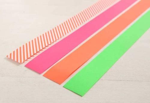 Um einen Fröbel-Stern zu basteln, brauchen Sie vier Streifen festes Papier.