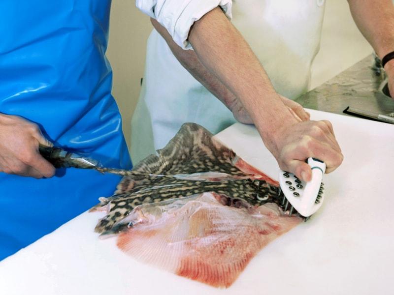 photographie publicitaire à caen - photo atelier de découpe de poisson