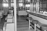 Iedere salon had 156 zitplaatsen, verdeeld over banken, enkele stoelen en een paar barkrukken.