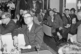 Tijdens de proefvaart voor genodigden zit de salon vol, hier luistert men in de salon naar een van de toespraken.