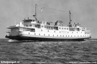 Tijdens de proefvaart voor genodigden op 18 maart 1964 werd ook dit staatsieportret gemaakt van de nieuwe TESO-veerboot Marsdiep.