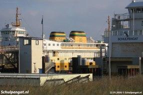 Een klassiek TESO-plaatje met de gele Molengat en Schulpengat in de Texelse veerhaven.