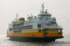 De inmiddels bejaarde dubbeldeksveerboot Molengat zet koers naar Den Helder.