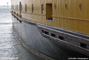 Een close-up van de romp van de Schulpengat. Hier is goed te zien dat de dubbeldekker geen fender heeft, zoals bijvoorbeeld de PSD-boot Prins Johan Friso.