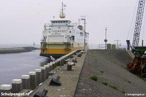 Vanaf het parkeerterrein kon je zo de helling opklimmen om op de fuikwand naar de TESO-boten te kijken. Na de aanpassing van de haven staat er een hek tussen.