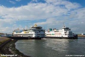 De nieuwste en de oudste TESO-veerboot liggen gemoedelijk naast elkaar in de veerhaven van 't Horntje op Texel.